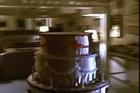 Erika Eleniak sale de la torta...